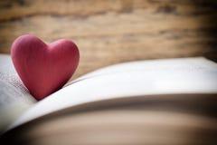 Красное сердце книги Поздравительные открытки Стоковое Изображение