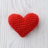 Красное сердце на белой деревянной предпосылке Стоковые Изображения RF