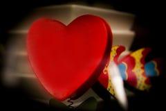 Красное сердце на белой предпосылке плиты Стоковая Фотография
