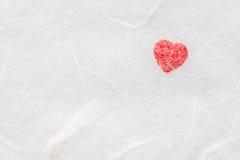 Красное сердце на бумаге белой шелковицы Стоковое Изображение