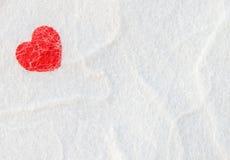 Красное сердце на бумаге белой шелковицы Стоковые Изображения RF