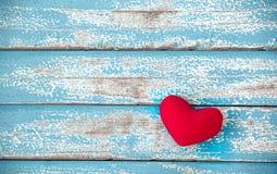 Красное сердце на винтажной голубой деревянной предпосылке Стоковые Фотографии RF