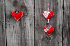 Красное сердце на деревянной предпосылке Стоковое Изображение RF