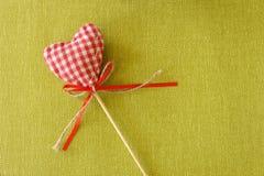 Красное сердце на деревянной ручке Стоковые Фотографии RF