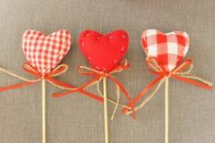 Красное сердце на деревянной ручке Стоковые Изображения