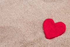 Красное сердце на песчаном пляже Стоковые Изображения