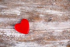 Красное сердце на предпосылке древесины grunge Стоковое Изображение RF