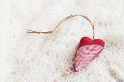Красное сердце на русской пуховой шали Стоковые Изображения RF