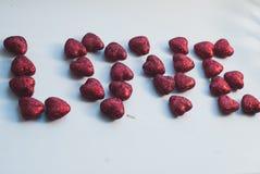 Красное сердце на теме предпосылки влюбленности и концепции валентинки, Стоковое фото RF