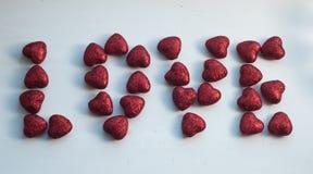 Красное сердце на теме предпосылки влюбленности и концепции валентинки, Стоковые Изображения RF