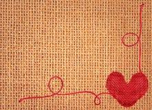 Красное сердце над linen предпосылкой текстуры Стоковые Изображения RF