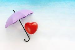 Красное сердце под зонтиком Стоковые Фотографии RF