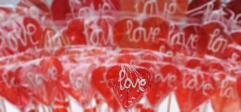 Красное сердце сформировало леденец на палочке с влюбленностью вы слова Стоковая Фотография RF