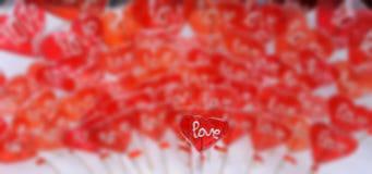 Красное сердце сформировало леденец на палочке с влюбленностью вы формулируете II Стоковое Фото