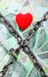 Красное сердце 100 счетов злотого для предпосылки и цепи Стоковое Изображение RF