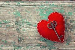 Красное сердце с античным ключом на старых покрашенных деревянных досках Стоковая Фотография RF