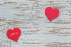 Красное сердце с влюбленностью слова на деревянной поверхности Valentine& x27; день s, 2 красных сердца Стоковое Изображение RF