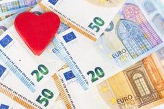 Красное сердце с евро евро замечает отражение love money стоковые изображения