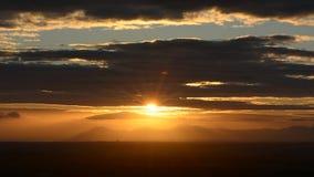 Красное солнце над облаками акции видеоматериалы