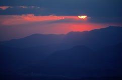 Красное солнце установленное над холмами z Стоковое Изображение RF