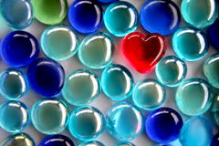 Красное стеклянное сердце с мягкими шариками синего стекла фокуса Стоковое фото RF