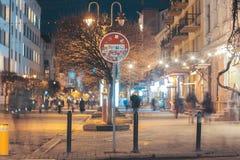 Красное ` СТОПА ` дорожного знака в центре идя улицы стоковая фотография rf