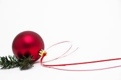 Красное украшение шарика рождества стоковая фотография rf
