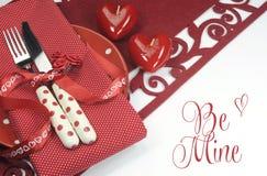 Красное урегулирование места валентинки, свадьбы или обеденного стола темы влюбленности с приветствие шахты Стоковые Изображения RF