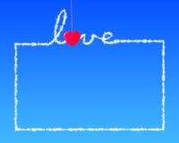 Красное любовное письмо смертной казни через повешение зажимки для белья формы сердца в сини  Стоковое Изображение
