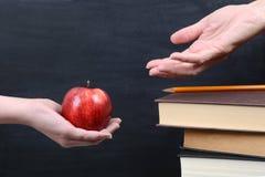 Красное яблоко для учителя Стоковые Изображения RF