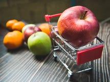 Красное яблоко на мини корзине стоковое фото rf