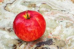 Красное Яблоко на мраморе стоковая фотография
