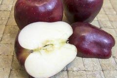 Красное яблоко на плитке Стоковое Изображение RF