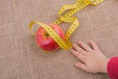 Красное яблоко с лентой измерения на ей Стоковые Фотографии RF