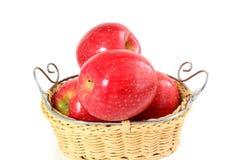Красное яблоко в бамбуковой корзине на белой предпосылке Стоковые Изображения
