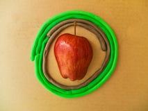 Красное яблоко в круге пластилина Стоковые Изображения