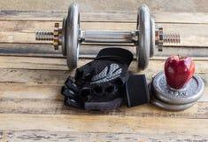 Красное яблоко и гантели Стоковая Фотография RF