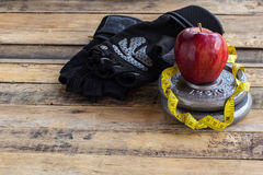 Красное яблоко и гантели Стоковые Фото