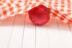 Красное яблоко на белой таблице предусматриванной с скатертью Стоковая Фотография