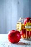 Красное яблоко на белой таблице Стоковое фото RF