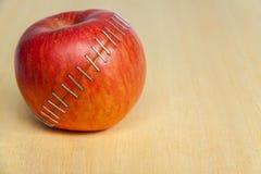 Красное яблоко на деревянной предпосылке Стоковые Фотографии RF
