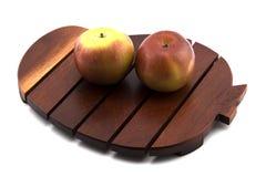 Красное яблоко на деревянном подносе на белой предпосылке Стоковое фото RF