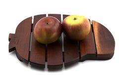 Красное яблоко на деревянном подносе Стоковое Изображение RF