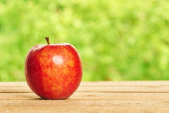 Красное яблоко на деревянном столе Стоковые Фотографии RF