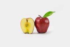 Красное яблоко на земле задней части белизны Стоковые Фото