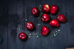 Красное яблоко на темной таблице Стоковые Фотографии RF