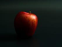 Красное яблоко на черной предпосылке Стоковые Изображения