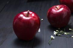 Красное яблоко на черной таблице Стоковое фото RF