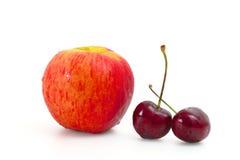 Красное яблоко с вишней Стоковое Изображение