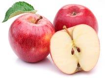 Красное яблоко с лист и куском. Стоковое Изображение RF